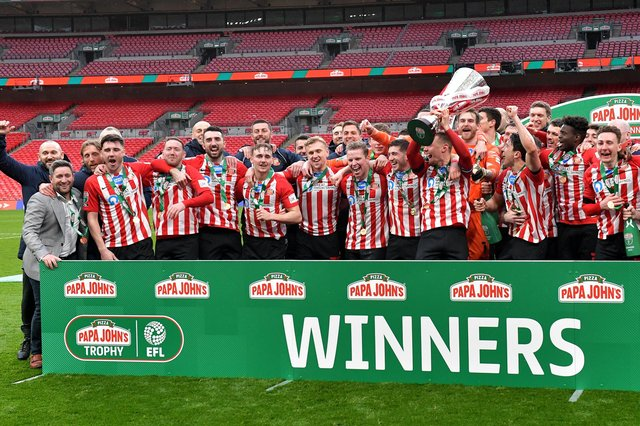 Sunderland AFC players lift the Papa John's Trophy. Picture by FRANK REID