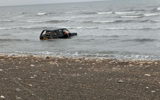 Efforts were made to try and recover the Range Rover. Photo by Kelly Nelson.