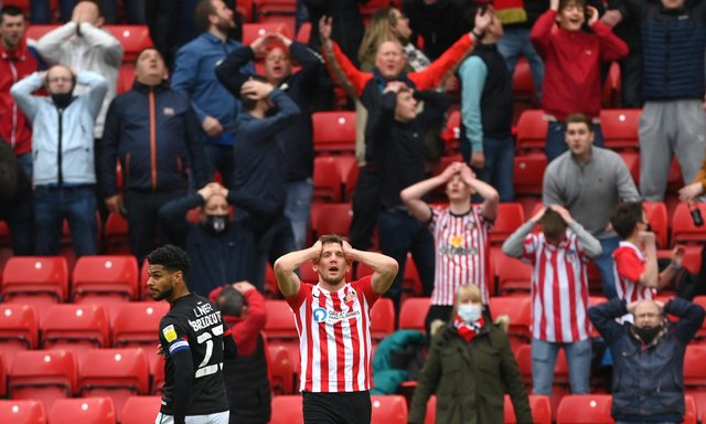 SUNDERLAND, ENGLAND - MAY 22: Sunderland striker Charlie Wyke and Sunderland fans react after Wyke had missed a first half chance during the Sky Bet League One Play-off Semi Final 2nd Leg match between Sunderland and Lincoln City  at Stadium of Light on May 22, 2021 in Sunderland, England. (Photo by Stu Forster/Getty Images)